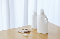 洗濯ばさみと洗剤の容器