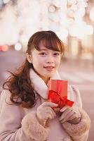 クリスマスプレゼントを渡す日本人女性