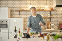 料理をするシニアの日本人男性