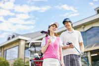 ゴルフ場に来た日本人カップル
