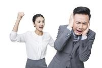 女性に叱られるビジネスマン