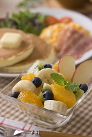 カットフルーツとパンケーキの朝食