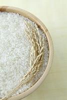 木の器に入った米と稲穂