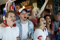パブでイギリスを応援する若者