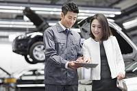 顧客と話す自動車整備士