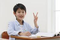 教室で勉強をする日本人の男の子