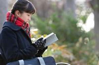 本を読む女子高校生