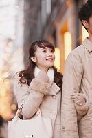 イルミネーションの街を歩くカップル