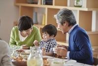 ランチを食べる日本人の三世代家族