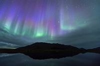 カナダ 秋の山岳ツンドラ地帯のオーロラ