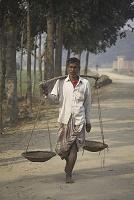 バングラデシュ・カントノゴル 天秤棒を担ぐ男性
