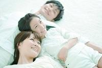 寝転ぶ日本人家族