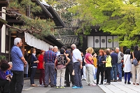 京都府 今宮神社 参道のあぶり餅屋に集まる外国人観光客