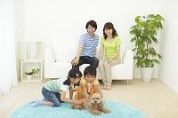 リビングでくつろぐ家族と犬