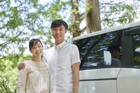 車で出かける日本人夫婦