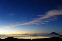 山梨県 南アルプス市 南アルプス北岳から望む夜明けのオリオン...