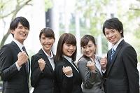 ガッツポーズをする日本人の新入社員