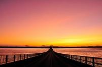 沖縄県 来間大橋と宮古島の朝焼け