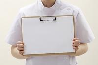 ファイルを持つ白衣の女性