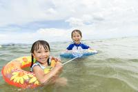 浮き輪を使って泳ぐ日本人の子供