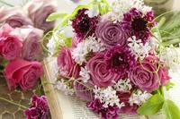 紫色のバラのブーケ