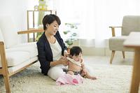 子育てイメージ 出勤前の日本人の若い母親と女の子の赤ちゃん
