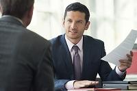 クライアントと話すビジネスマン