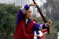 中国 香港 刀を持って太極拳をする人