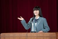スピーチをする女子高生