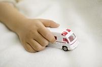 救急車を持つ子供の手