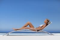 プールでリラックスする外国人女性