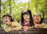 新緑の公園の子供