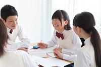 勉強する男女中高生