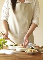 お弁当を作るエプロン姿の女性