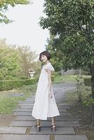 公園の中に佇む女性