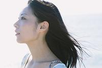 髪がなびいている日本人女性