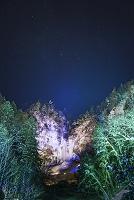 岐阜県 雪の平湯大滝ライトアップとオリオン座 平湯大滝結氷ま...
