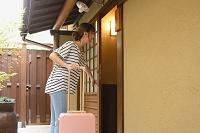 温泉旅館に到着する日本人女性