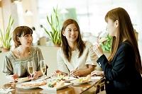 レストランで食事をする3人の女性