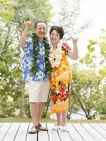 アロハシャツを着たシニア夫婦