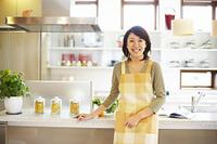 キッチンに立つ笑顔の日本人主婦