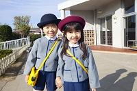 登園する幼稚園児男女