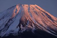 山梨県 本栖湖から夕焼けの富士山