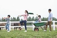 牧場を歩く家族