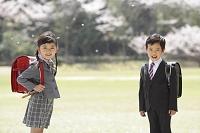 ランドセルを背負う新入学の小学生