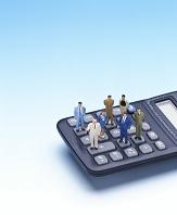 クラフト 電卓の上のビジネスマン