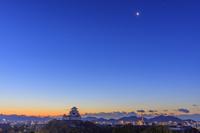 兵庫県 姫路城と月 朝景