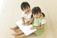絵本を読む男の子と女の子