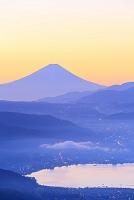 長野県 高ボッチ高原 朝焼けの富士山と諏訪湖
