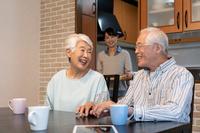 くつろぐ日本人シニア夫婦
